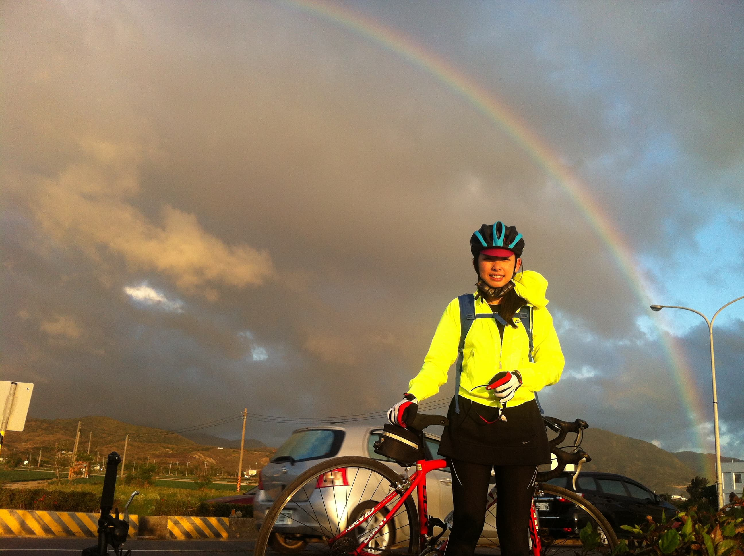 當年的強者我太太,我們在經過屏東車城時,路邊幸運遇見的半圓形大彩虹,非常壯觀(2013,屏東車城)